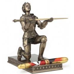 Jana z Arku klečící soška