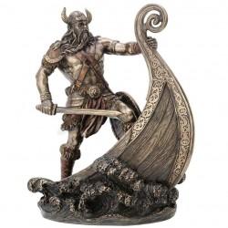 Viking na lodi soška